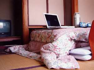 冬には、客室にこたつをご用意します。(パソコンは私物)