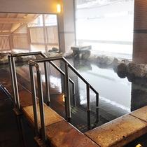 【婦人大浴場】金剛の湯。窓の外は摺上川、お肌にやさしい泉質です