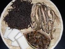 冬の食材例(干しぜんまい・芋の茎・塩もたし・切り餅)