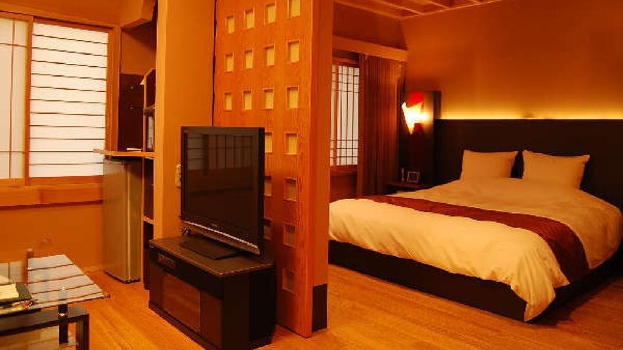 貴賓室「いわと」。ハリウッドダブルベッドのある寝室には専用のテレビも。