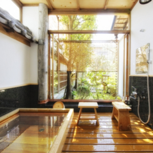 *【和室12帖+次の間6帖一例】お庭に面したお風呂。こちらのお風呂は温泉をお愉しみいただけます。