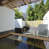 *【露天(女湯)】開放的な露天風呂で嵐山温泉のお湯をお愉しみ下さい。