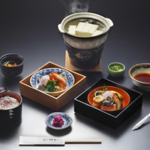 *【賞嵐弁当2段一例】2段のお重と名物湯豆腐がご堪能いただけます。