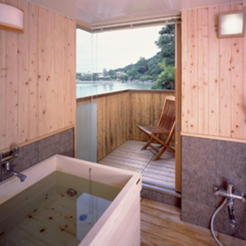 *【和室12帖+次の間6帖一例】川側に面した高野槙の展望風呂(温泉ではございません)