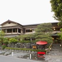 *京都は嵐山の真向かいに佇む全10室の旅館。庭を囲んだ和風数寄屋建築で、客室すべて造りが異なります。