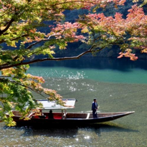 *秋は嵐山が赤や黄色に彩られます。京都の中でも人気の紅葉スポットをぜひ観光してみて下さいね。