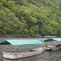 *当館は嵐山を目の前に臨むロケーション。桂川を行き交う船もご覧いただけますよ。