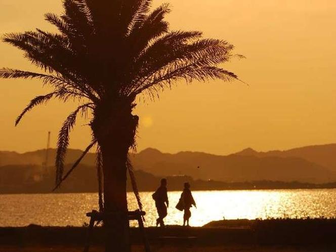 ホテルの目の前が海!夕陽が沈む海辺のお散歩もいかが?