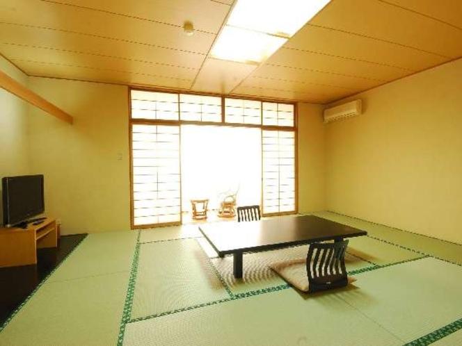 本館にある明るい、海の見える和室(一例)