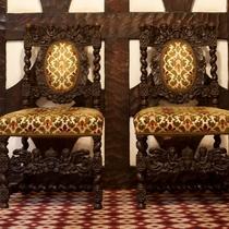 【館内】随所に吟味されたアンティーク家具。