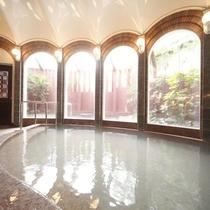 【温泉浴室】自然湧出の自噴泉を使用し、かけ流しのお湯をご利用いただいております。