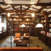 【図書室】都会の喧噪を離れた静かな空間で物語の中の世界に浸ってみてはいかがでしょうか。