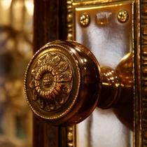 【館内】真鍮製のドアノブ。毎日の丁寧な手入れが欠かせません。