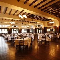 【ダイニングルーム】200畳をこえる広さと4メートルをこえる天井高、天然木を張りつめたフロア。