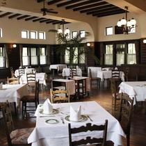 【ダイニングルーム】高い天井と磨かれた床が印象的な空間でフランス料理をどうぞ。