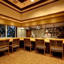 【日本料理「燿亭」】料理人との会話もお楽しみいただける、カウンター席。