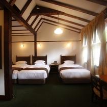 【客室/スーペリアトリプル】開放感ある天井とやわらかな光が注ぐお部屋