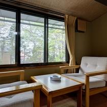 *和室10畳(客室一例)/窓辺の椅子に腰かけて、心地よく吹く長野の新鮮な空気を取り込んで。