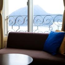【部屋設備】全室にソファーと寛ぎのスペースがございます