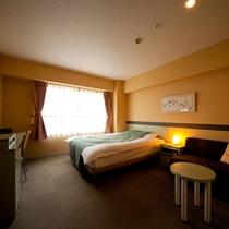 【シングル】21.2平米の広めのお部屋に、クイーンサイズのゆったりベッド(一例)