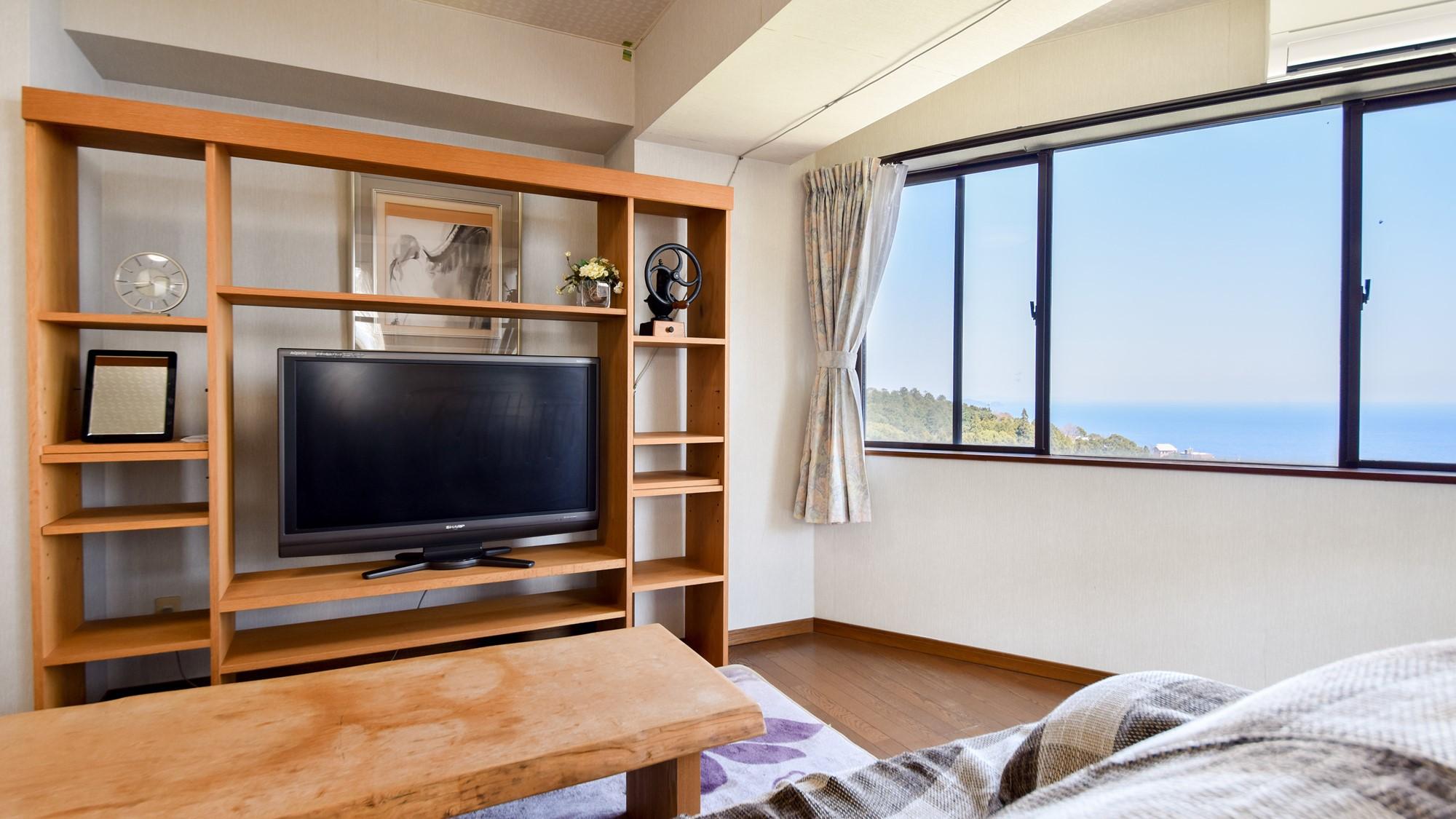 *客室一例/本館客室2LDK ソファに座ってのんびりテレビ鑑賞。