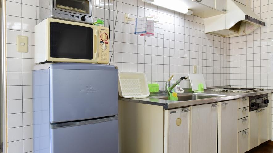 *客室には冷蔵庫・電子レンジ・トースターなどの家電を備えております。