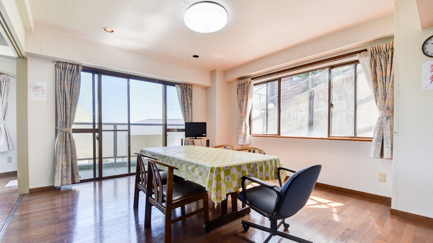 *客室一例/本館おまかせ客室・ペット可 明るくて広々としたリビング。
