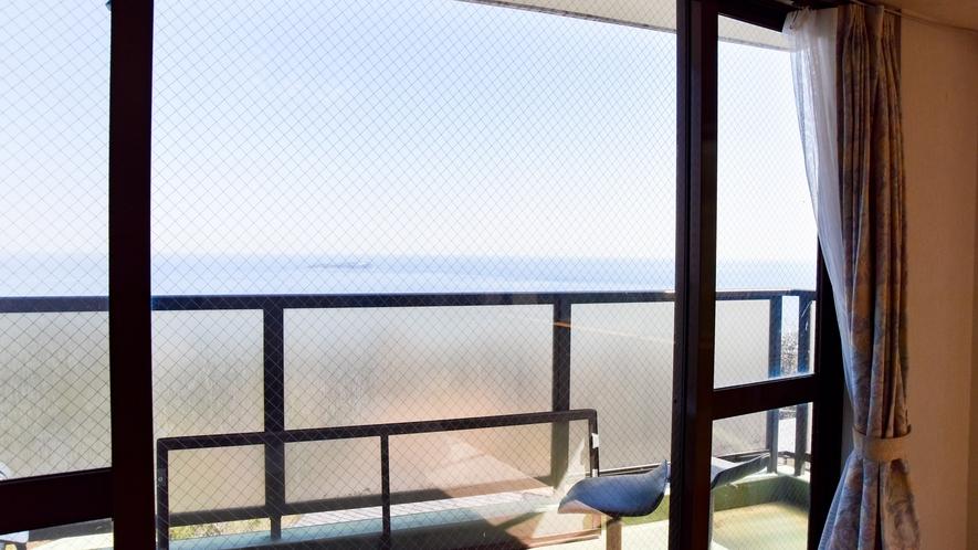 *客室一例/本館客室2LDK ベランダからは海を一望できます。