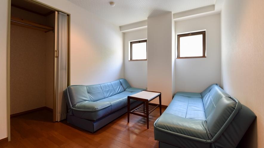 *客室一例/本館客室3LDK ソファでゆったり。