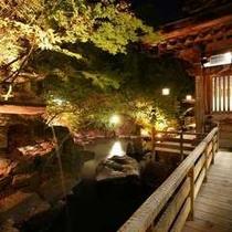 ◇幻想的にライトアップされた【庭園露天風呂】と桃山風呂の廊下
