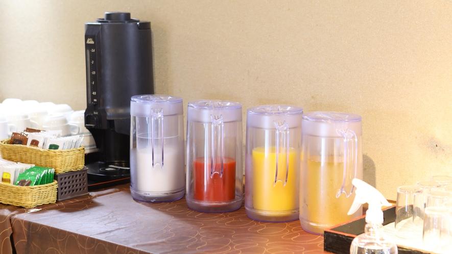 【朝食】お食事会場には朝のドリンクをご用意。お好きなものをお選びください。