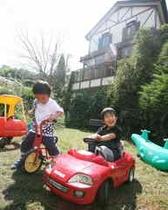 楽しそう!中庭の乗用玩具