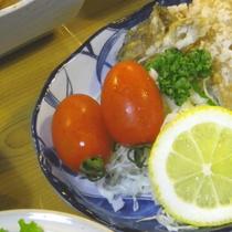 *【夕食一例】自家菜園で育てた細長いミニトマト。