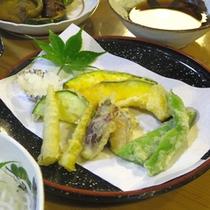 *【夕食一例】裏山で採れた山菜の天ぷら。