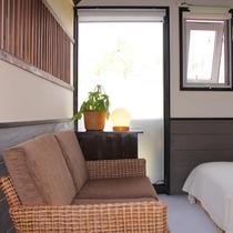 206ツインルームのソファー
