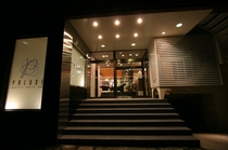 ホテル 正面玄関(夜)
