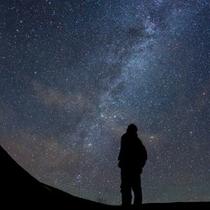 土星の輪や金星、木星、星雲など晴れた日には星屑のステージを目撃できるかも