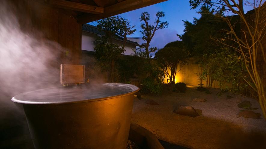 """【大浴場""""小露天風呂""""】厳選湯元ならではの温泉は湯けむりに包まれる極上空間"""