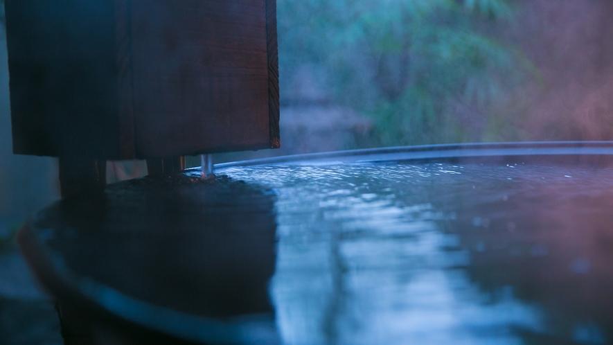 つねに源泉から湧き出る 新鮮なお湯をお愉しみください