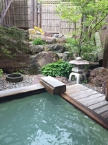 新緑の渓流露天風呂
