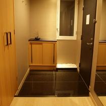 和洋室<ツイン+和室>玄関
