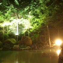【露天風呂 男性】優しくライトアップされたニセコの自然と共に、美肌の湯を
