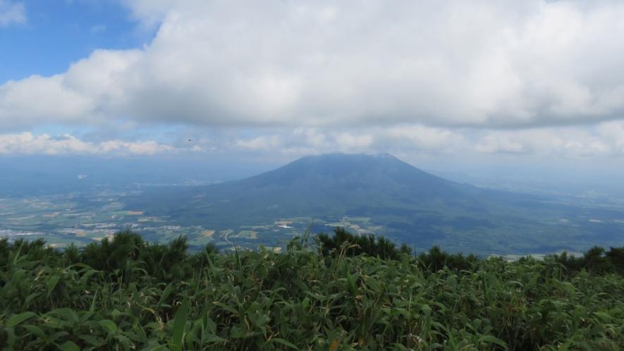 【アンヌプリ登山】稜線からの素晴らしい眺望を見ながら登れます。