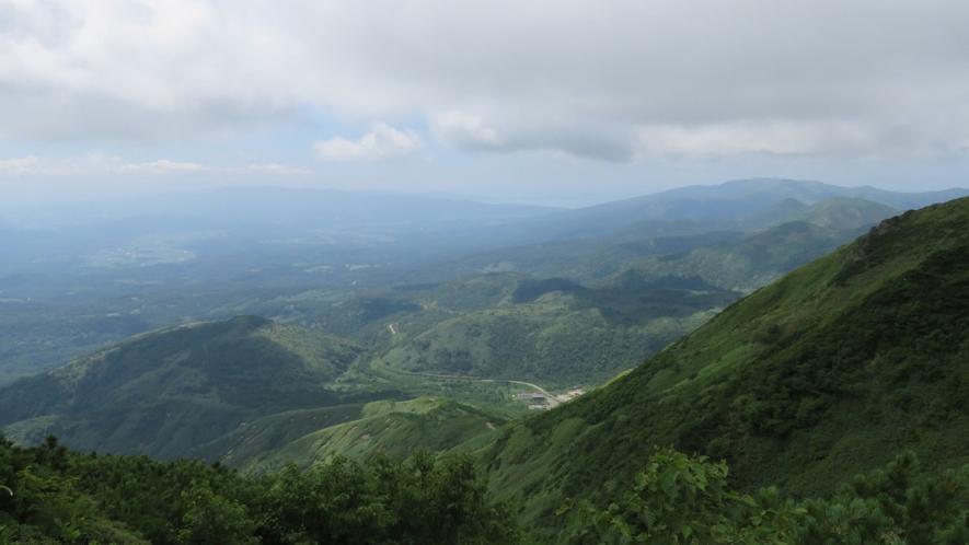【アンヌプリ登山】パノラマライン(道道66号線)も見えます。