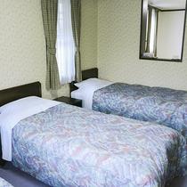 *[和洋室一例]ベッドと布団のご利用で7名様までご利用いただける広いお部屋です。