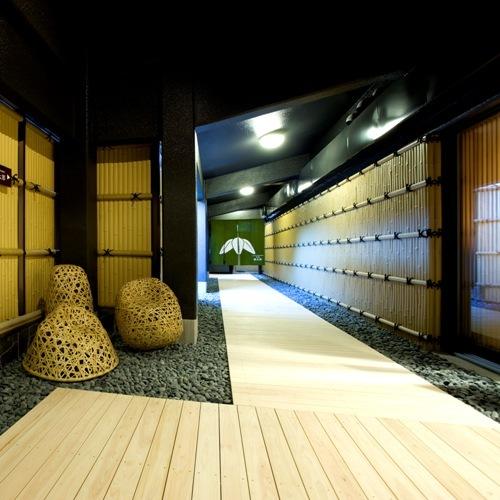 大浴場は木の廊下です。明るい印象で、歩くときの衝動を吸収し、冷えを防いでくれます。