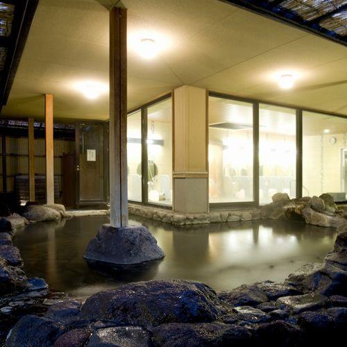 夜は間接照明の明かりが幻想的な露天風呂。