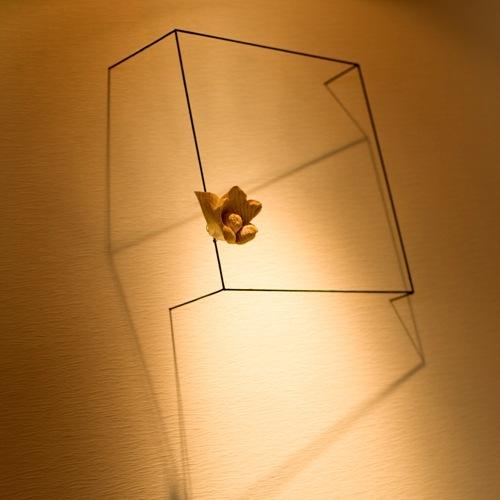 木製の椿の花オブジェ