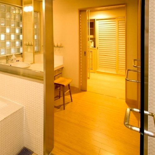 【羽衣】機能性をしっかり備えた使い勝手の良い洗面台で、広々スペースを確保。