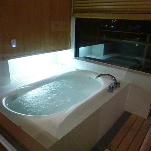 【特別室】ぬるめのお湯でゆっくりつかって心身共にリラックス。質の良い睡眠をもたらしてくれます。